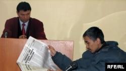 """Обвиняемый Жасулан Сулейменов в зале суда по делу """"джихадистов"""". Астана, 4 ноября 2009 года."""