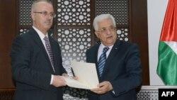 محمود عباس، رهبر تشکیلات خودگردان فلسطینی، (راست) و رامی حمدالله، نخست وزیر تشکیلات خودگران، در رامالله