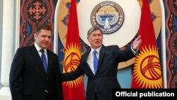 Президент Алмазбек Атамбаев Орусиянын энергетика министри Сергей Шматко менен, Бишкек, 27-март, 2012.