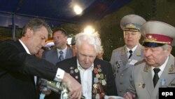 Президенту Ющенко еще рано праздновать победу, считают эксперты. Вместе с ветеранами 9 мая