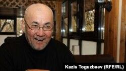 Бұрынғы әскери тұтқын Махмет Дүйсембаевтың немересі, 52 жастағы Көкшетау тұрғыны Жомарт Дүйсембаев. Алматы, 26 қазан 2017 жыл.