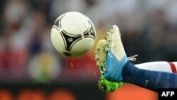 Франция мен Англия футболшыларының допқа созылған аяқтары. Донецк, 11 маусым 2012 жыл