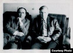 """Здымак для часопіса """"Бярозка"""", які збіраўся адзначаць 60-годдзе Васіля Быкава. 1984. Фота Алены Адамчык. Зь сямейнага архіву Адамчыкаў"""