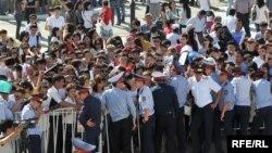 Безработная молодежь перед зданием центра обслуживания населения, где проходит ярмарка вакансий. Атырау, 5 сентября 2009 года. Иллюстративное фото.
