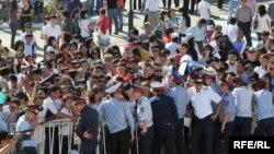 Халыққа қызмет көрсету орталығында өткен жұмыс орындарының жәрмеңкесіне келген жұмыссыздар. Атырау, 5 қыркүйек 2009 жыл.
