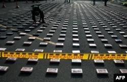 Изъятые упаковки кокаина перед уничтожением