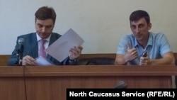Адвокат Александр Попков (слева), подзащитный Виктор Ночёвнев. Центральный районный суд г. Сочи, 15 сентября 2017 года.