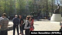 У памятника казахскому поэту Абаю Кунанбаеву 9 мая 2013 года