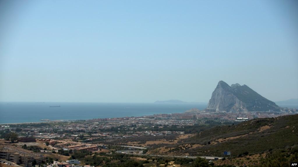 Гибралтарский пролив, через который проплывает танкер Grace 1 (слева), 4 июля 2019 г.