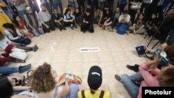 Mayın 16-da etirazçılar meriyanın binasında oturaq aksiya keçiriblər