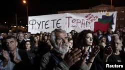 приврзаници на Сириза пред парламентот
