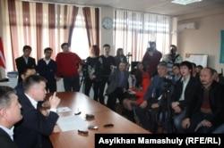 Гражданский активист Мухтар Тайжан проводит пресс-конференцию. Алматы, 18 марта 2014 года.