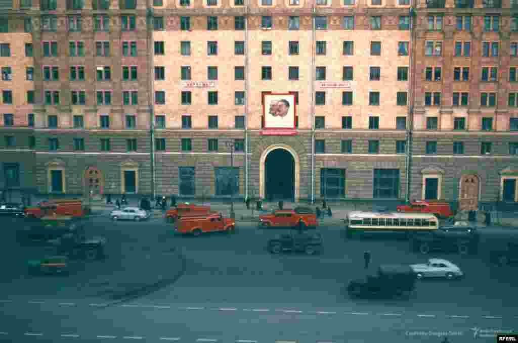 Новинский бульвар, 18, Москва, напротив американского посольства. В 1995 году с этой арки неизвестный выстрелил в посольство из гранатомета