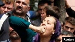Родственница одного из шахтеров у госпиталя в городе Сома, Турция, 14 мая 2014 года.