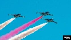 Рев двигателей 11 военных самолетов ознаменовал начало авиашоу. Красными и белыми лентами дыма расчертили пройденный маршрут штурмовики СУ-25 и учебно-боевые L-39