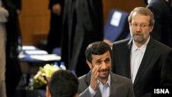 محمود احمدینژاد و علی لاریجانی در نشست مشترک دولت و مجلس در تیرماه ۸۹