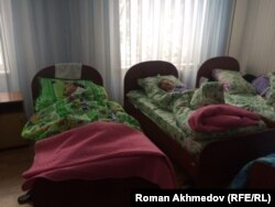 В спальном помещении детского дома № 1. Алматы, 23 ноября 2016 года.