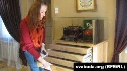 Супрацоўніца музэю Кацярына Амбражэвіч паказвае адмысловую мэблю для экспанатаў