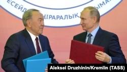 Нурсултан Назарбаев и Владимир Путин во время встречи в Челябинске. 9 ноября 2017 года.