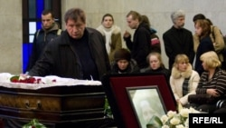 Starikov pays his respects at the funeral of slain journalist Anastasia Baburova on January 23.