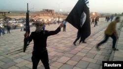 Իրաք - «Իրաքի և Լևանտի իսլամական պետություն» խմբավորման զինյալը իրենց դրոշն է պարզել Մոսուլի փողոցում, 23-ը հունիսի, 2014թ․
