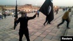 """مسلح من """"داعش"""" في وسط الموصل 23 حزيران 2014"""