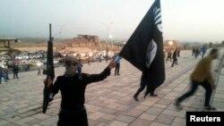 Бойовик «Ісламської держави в Іраку і Великій Сирії» тримає прапор цього угрупування
