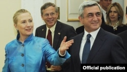 Armenia - President Serzh Sarkisian (R) meets with U.S. Secretary of State Hillary Clinton in Yerevan, 4Jun2012.