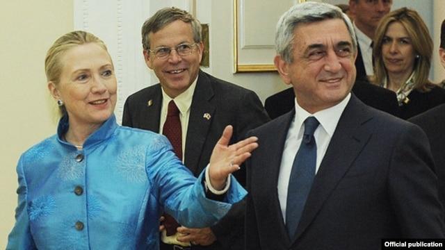 Armenia - President Serzh Sarkisian (R) meets with U.S. Secretary of State Hillary Clinton in Yerevan, 4Jun2012.