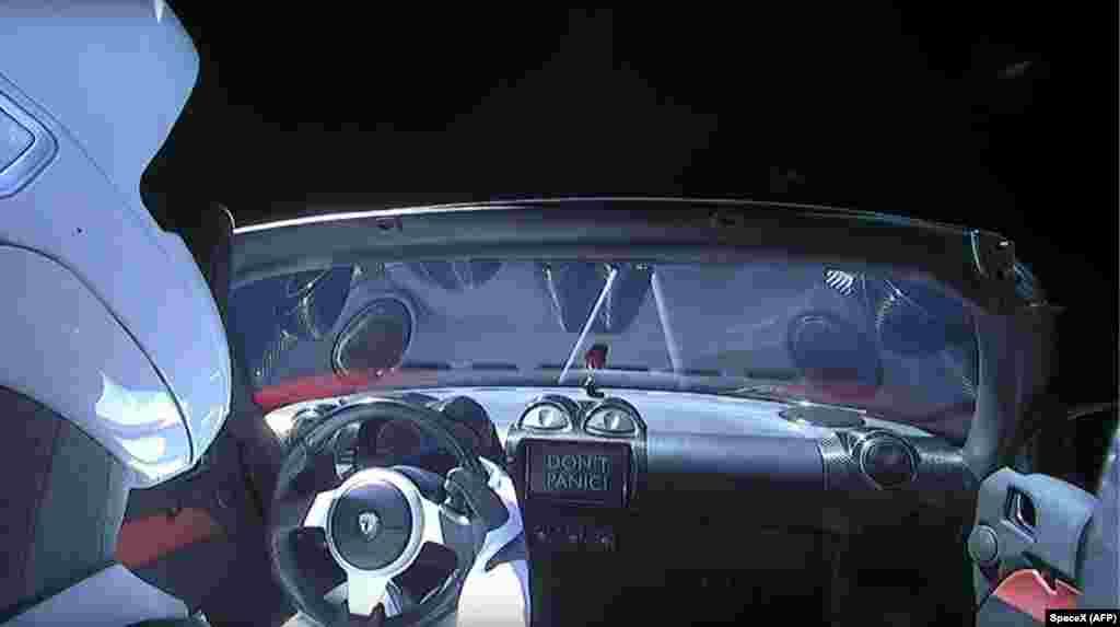 Falcon Heavy зымыран тасығышы ғарышқа алып шыққан Tesla көлігі.