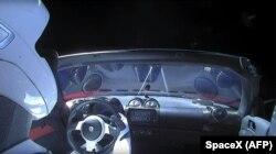 Автомобіль Tesla Roadster, за кермом якого сидить манекен Starman