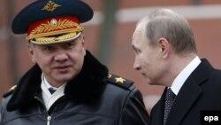 Министр обороны России Сергей Шойгу (л) и президент России Владимир Путин (п)