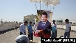 Флешмоб в поддержку задержанного властями оппозиционного бизнесмена Зайда Саидова. Душанбе, 25 августа 2013 года.