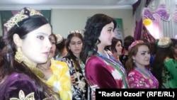 Женщины в таджикских национальных костюмах.