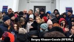 Стихийный митинг жителей Кемерово после смертельного пожара