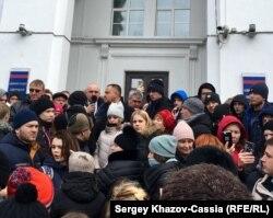 Вице-губернатор Кемеровской области Сергей Цивилёв (с микрофоном) на митинге 27 марта 2018 г.