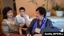 Җанисәпче Галия Әбҗәлилова (у) әниле-уллы Асия һәм Марат Дәминдәровларга сораулар бирә