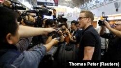 Корреспондент CNN Уилл Рипли говорит с журналистами перед посадкой на самолет в Пхеньян в аэропорту Пекина. 22 мая 2018 года.