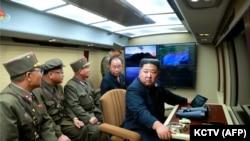 رهبر کوریای شمالی، کیم جونگ اون در حال نظارت بر پرتاب موشک بالستیک در یک مکان ناشناخته