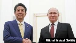 Премьер-министр Японии Синдзо Абэ и президент РФ Владимир Путин (слева направо) во время встречи в Кремле. 22 января 2019 года