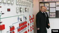 Russia -- Russian PM Vladimir Putin and Director General of the State Atomic Energy Corporation 'Rosatom' Sergei Kiriyenko (L-R) visit Volgodonsk nuclear power plant, 18Mar2010