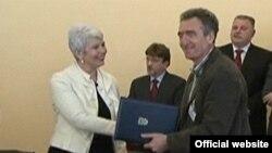Sporazum o zamrzavanju plaća potpisali su u ponedjeljak potpredsjednica Vlade Jadranka Kosor i predsjednik Sindikata državnih i lokalnih službenika i namještenika Boris Pleša.