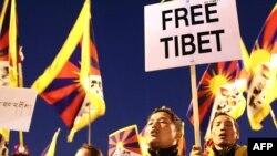В разных странах мира периодически проходят акции в поддержку требований тибетцев о прекращении репрессии со стороны китайских властей