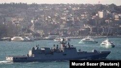 ترکیه: د روسیې یوه جنګي بېړۍ په بوسفورس کې د لنګرېدو مهال، چې په استنبول کې د مېډیټېرانیې سمندرګي ته پر لار ده. مارچ لومړۍ، ۲۰۱۹