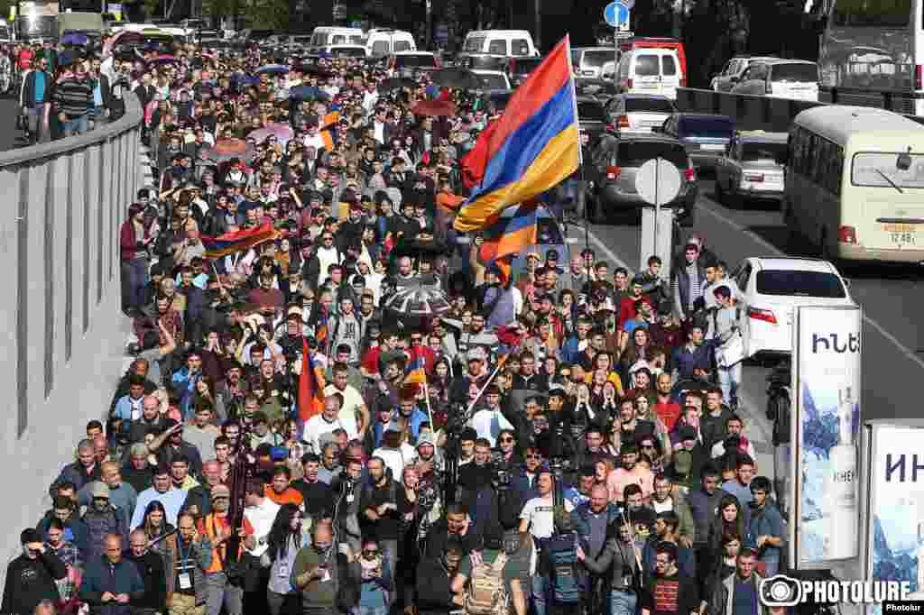 Лидер инициативы «Мой шаг» оппозиционный политик Никол Пашинян и другие активисты проводят протестный марш в Ереване, 14 апреля 2018 года.