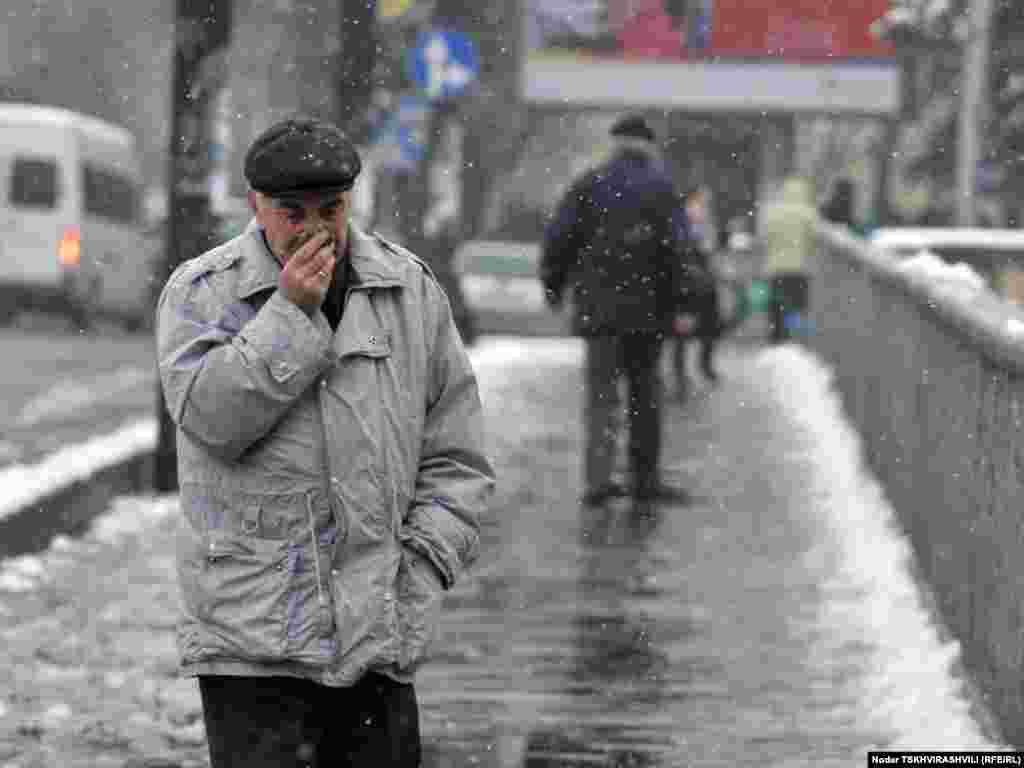 მოძრაობა არ შეფერხებულა - უჩვეულოდ უნალექო და თბილი ზამთრის ბოლოს საქართველოში თოვლი მოვიდა. მეორე დღეა, უკვე თბილისშიც თოვს.