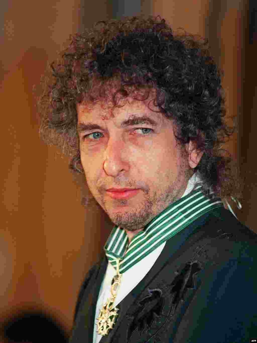Dylan in January 1990 after receiving France's Commandership of Arts and Literature.
