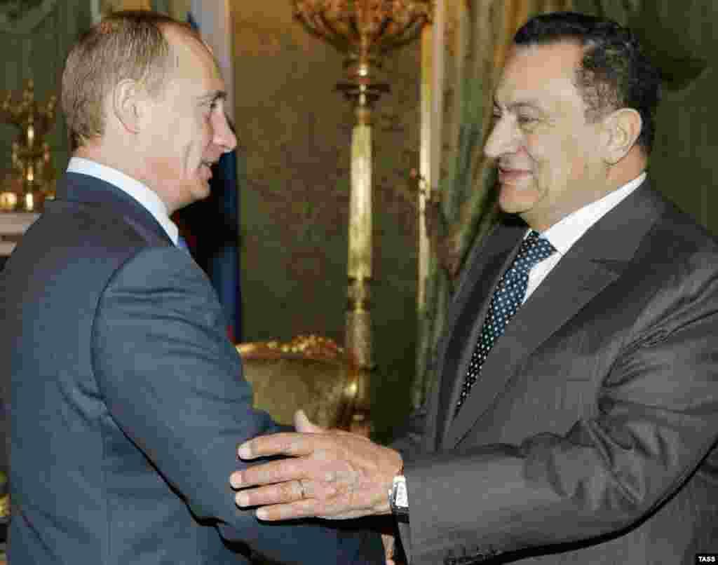 ۲۰۰۶/ با ولادیمیر پوتین، رئیسجمهور وقت روسیه - پیوندهای مبارک منحصر به غرب نبود و او روابط دوستانهای با روسیه داشت. در پنج سال اخیر، مبارک دو بار از روسیه دیدار کرده بود.