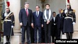 Петро Порошенко (л), його дружина Марина (л) і Франсуа Олланд (с) перед початком маршу в Парижі, 11 січня 2015 року