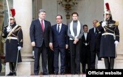 Президент України Петро Поршенко (ліворуч), його дружина Марина Порошенко і президент Франції Франсуа Олланд, перед Маршем солідарності. Париж, 11 січня 2014 року